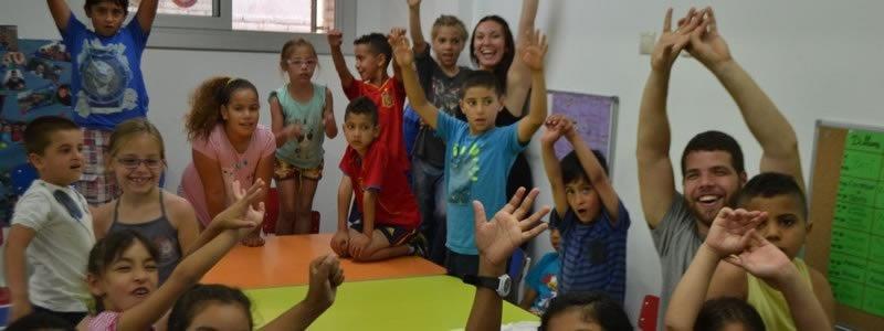 Niños con manos en alza
